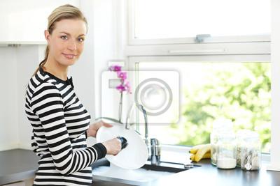Attraktive Frau Reinigung Geschirr