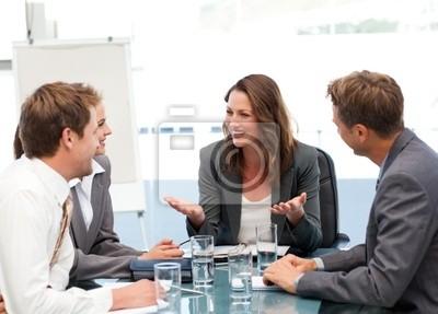 Attraktive Geschäftsfrau lachend mit ihrem Team