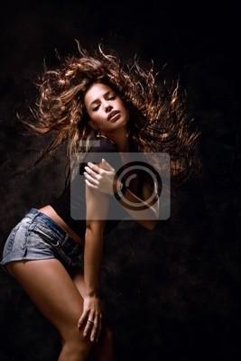 attraktive junge Frau tanzen, Haare fliegen