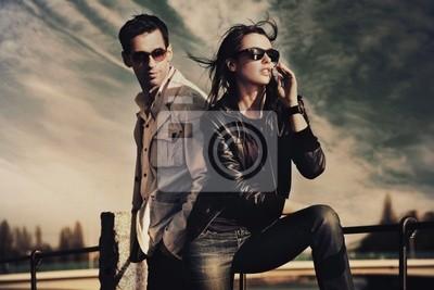 Attraktive junge Paar mit Sonnenbrille