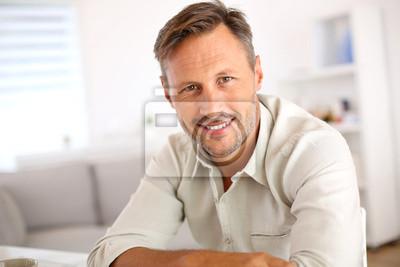 Bild Attraktive lächelnde Mann zu Hause entspannen
