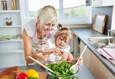 Attraktive Mutter und Kind Kochen