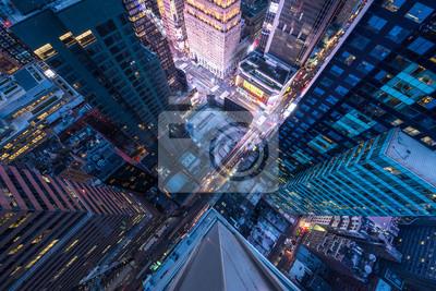 Bild Augenansicht des Vogels von Manhattan, schauend hinunter den Leuten und den gelben Taxis an, die hinunter 5. Allee gehen.