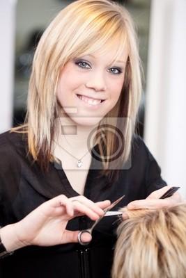auszubildende schneidet haare