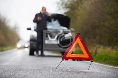 Bild Autofahrer gliedert auf Land-Straße Telefonieren Gebrochene Für Hilfe