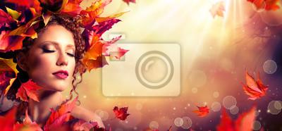 Autumn fantasy girl - Schönheit Mode Modell mit roten Blättern und Sonnenlicht