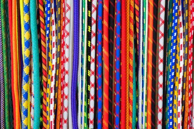 Bild Background of bright colored wires. Wire in a variety of braids. Wires in decorative fabric braid. Many cords of different colors. Bright background.
