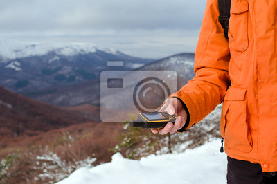 Backpacker in seiner Hand GPS