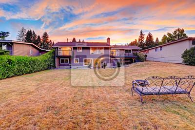Bild Backyard mit gemütlichen Sitzbank und Feuerstelle mit Blick auf malerische Himmel dur