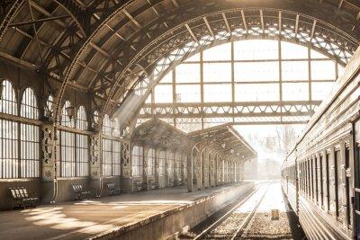 Bild Bahnhof Innen Sonnenuntergang Sonnenaufgang in Sepia. Wagen und Plattform mit Baudach Fahren Sie mit dem Zug auf der Bahn