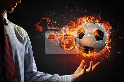 Ball brennen im Feuer. Gemischte Medien