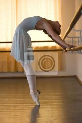 Ballerina tut Übungen im Ballett-Klasse