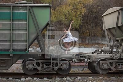 Ballerina zwischen Güterwagen