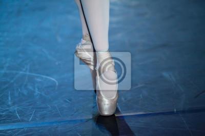 Ballettaussage. Ballerinas in der Bewegung. Füße von Ballerinen close up.