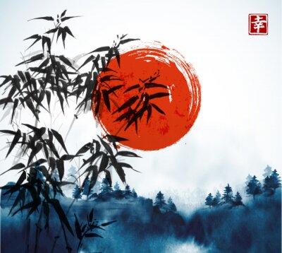 Bild Bambusbäume, Wald im Nebel und große rote Sonnenhand gezeichnet mit Tinte.  Traditionelle orientalische Tuschemalerei sumi-e, u-sin, go-hua.  Enthält Hieroglyphe - Glück.