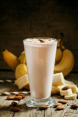 Bild Banane Smoothie mit Milch, gemahlene Mandeln in einer großen Tasse auf der