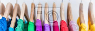 Bild Banner Ernte für copyspace Textur für Text der Kleidung Rack. Kleider hängen an Kleiderbügel im Haus Schrank oder Einkaufszentrum für Laden Verkauf Konzept. Bunte Outfits Kollektion. Panoramaanzeige