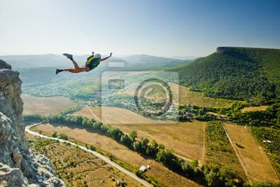 Bild Base-Jumper springt von der Klippe