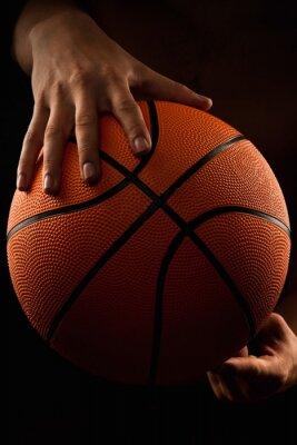 Bild Basketball-Ball in männlichen Händen