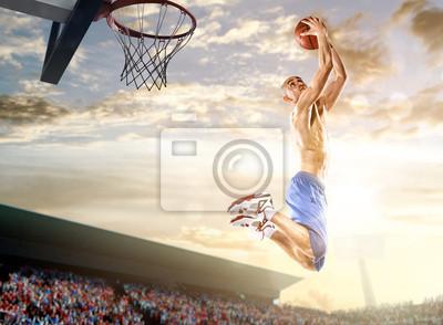 Basketball-Spieler in Aktion auf Hintergrund des Himmels und Publikum