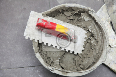 Bauarbeiter wird zu Hause Fliesenboden Klebstoff Fliesen