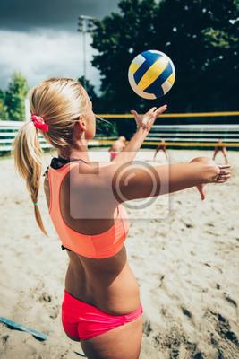 Bild Beachvolleyball Mädchen serviert