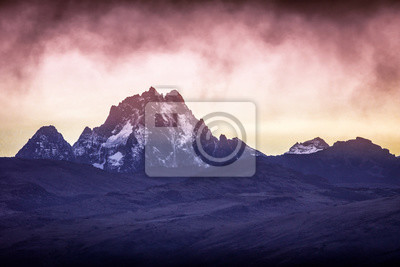 Bild Beautiful early morning sunrise colors at mt.kenyas snowy peaks. Serena mountain lodge Kenya/Africa. Sunset, sunrise, mountain, scenery, peak, summit concepts.