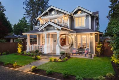 Bild Beautiful Home Exterior at Night