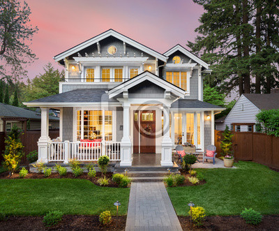 Bild Beautiful Home Exterior at Sunset with Colorful Sky