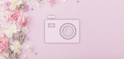 Bild beautiful spring flowers on paper background