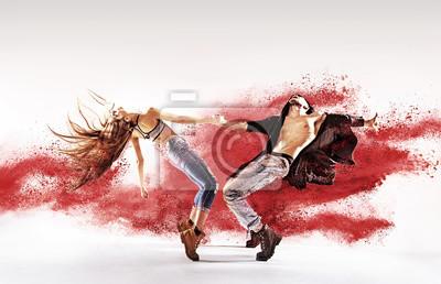 Begabte junge Tänzer streuen roten Staub