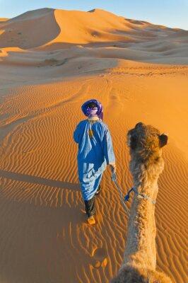 Bild Berber zu Fuß mit Kamel am Erg Chebbi, Marokko
