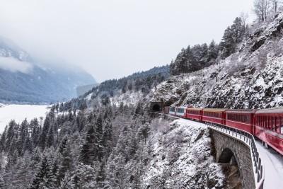 Bild Berühmter Sightseeing-Zug in der Schweiz, der Glacier Express im Winter