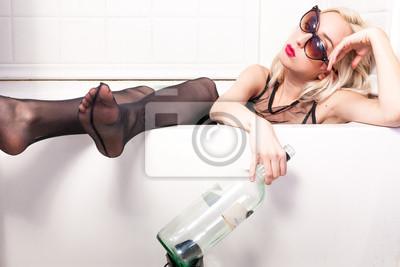 betrunkene frau mit flasche in der badewanne gekleidet leinwandbilder bilder unterw sche. Black Bedroom Furniture Sets. Home Design Ideas