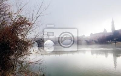 bewölkt Landschaft mit Fluss und Brücke