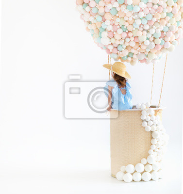 Bild bezauberndes Kindermädchen in einem feenhaften magischen Heißluftballon
