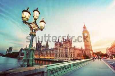 Bild Big Ben gesehen von Westminster Bridge, London, Großbritannien. bei Sonnenuntergang. Retro Straßenlaterne Licht. Jahrgang