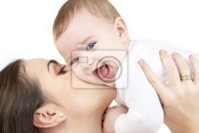 Bild der glücklichen Mutter mit Baby in Weiß