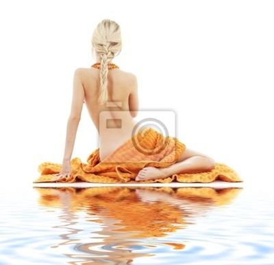 Bild Bild der schönen Dame mit orange Handtücher auf weißem Sand