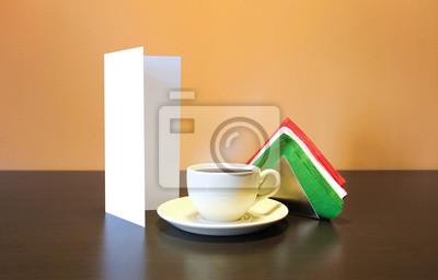 Blank broschüre broschüre flyer stehen in der nähe der kaffeetasse ...