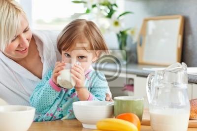 Blond Mutter und Tochter beim Frühstück