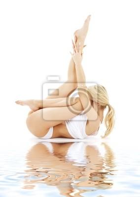 blond passen in Weiß Unterwäsche praktizieren Yoga auf weißem Sand