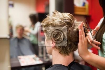 Blonde Mann, der einen Haarschnitt