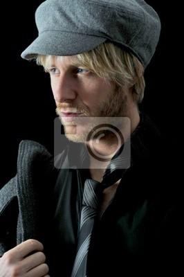 Bild blonder Mann mit Mütze, Mantel und Kravatte