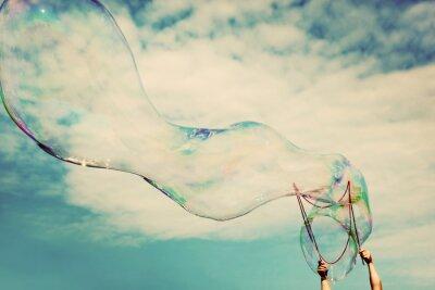 Bild Blowing große Seifenblasen in der Luft. Weinlese-Freiheit, Sommer Konzepte.