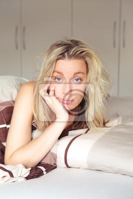 Bored Frau ans Bett gefesselt
