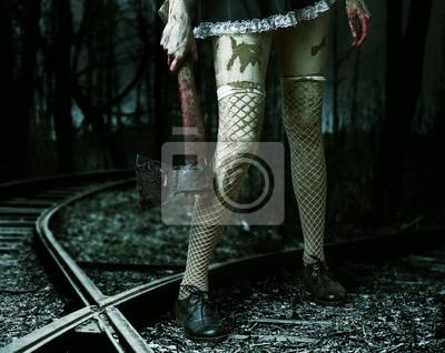 Böse Frau mit einem blutigen Beil