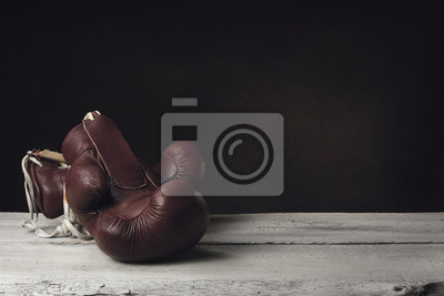 Boxhandschuhe auf Holzbohlen liegen