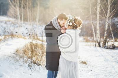 Brautigam Warmt Hande Der Braut Hochzeit Spaziergang Im Winter