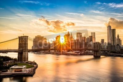 Bild Brooklyn-Brücke und die untere Manhattan-Skyline am Sonnenuntergang, wie von der Manhattan-Brücke angesehen